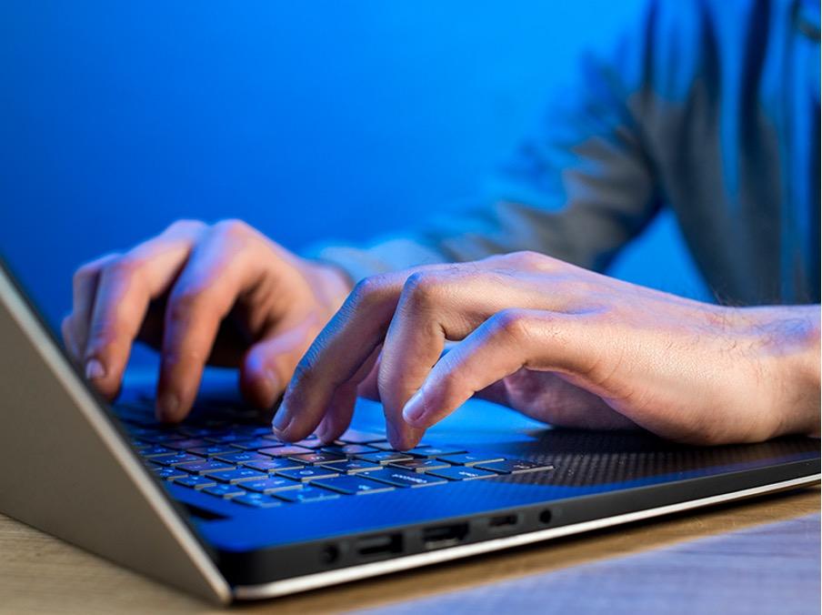 ¿puede un web hosting no ser seguro? ¿qué consecuencias hay para mi sitio web? - teclado laptop - ¿Puede un web hosting no ser seguro? ¿Qué consecuencias hay para mi sitio web?